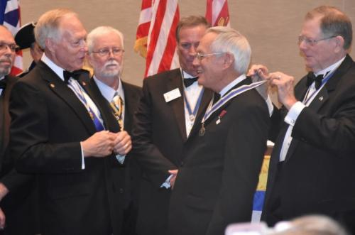 President Niemann receiving State President neck ribbon (3)